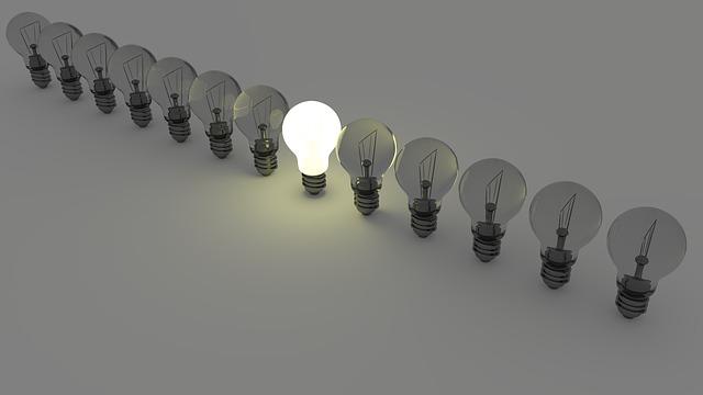 jedna rozsvícená žárovka