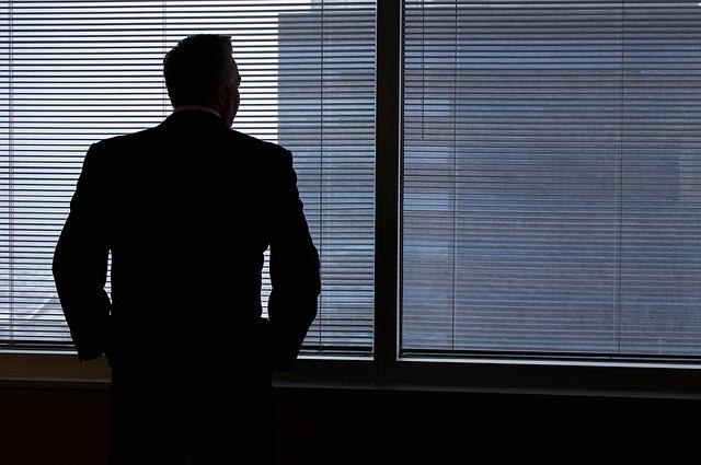 podnikatel u okna