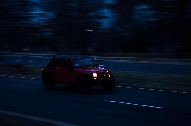 jedoucí osvětlené auto