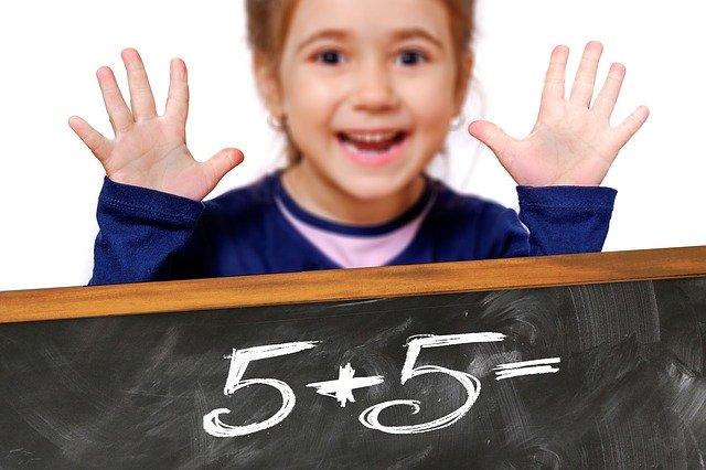 holčička, tabule s čísly
